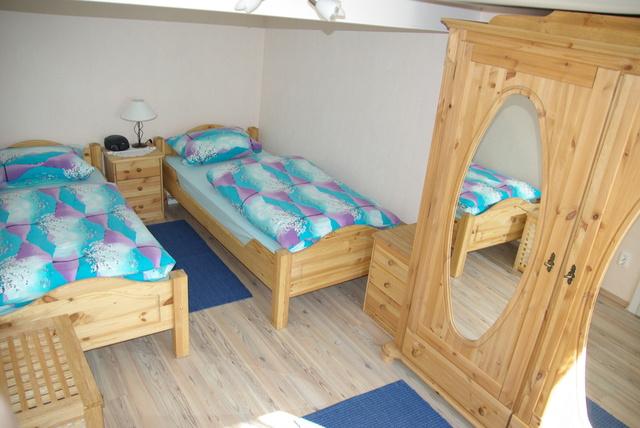 Schlafzimmer. 2 Betten (90cm X 200cm) Kleiderschrank, Radiowecker,  Allergikerbetten Laminatboden, Fensterläden, Ca. 13 M2.